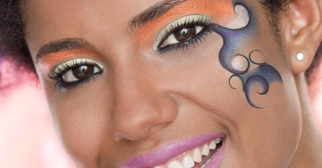 maquiagem-criada-por-marcos-costa-para-o-carnaval-2010-tem-desenhos-no-rosto-feitos-com-lapis-coloridos-1265383672721_956x500