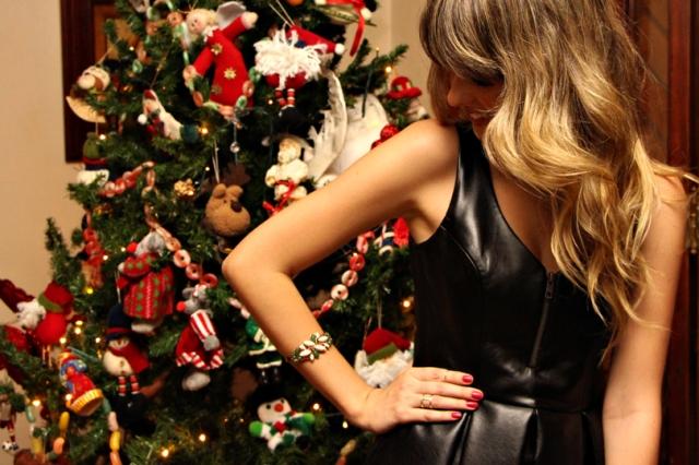 Look-da-noite-Look-Natal-Natal-Vestido-de-couro-pregas-Clutch-de-cobra-vermelha-Tia-Té-Acessórios-Marina-Casemiro-Maxi-Brinco-Peep-toe-preto-7