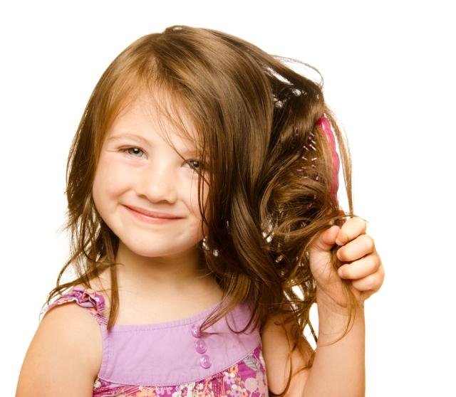 crianca-escovar-cabelo-desembaracar-bela-center